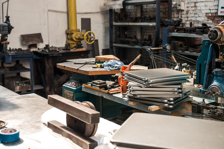 Plaatslagerij in het atelier van Emaillerie Belge
