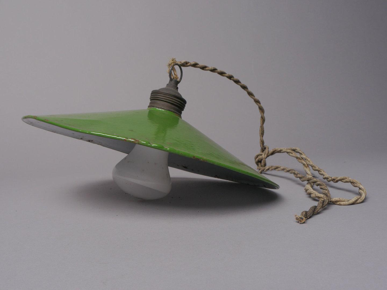 Geëmailleerde hanglamp met ronde lampenkap.