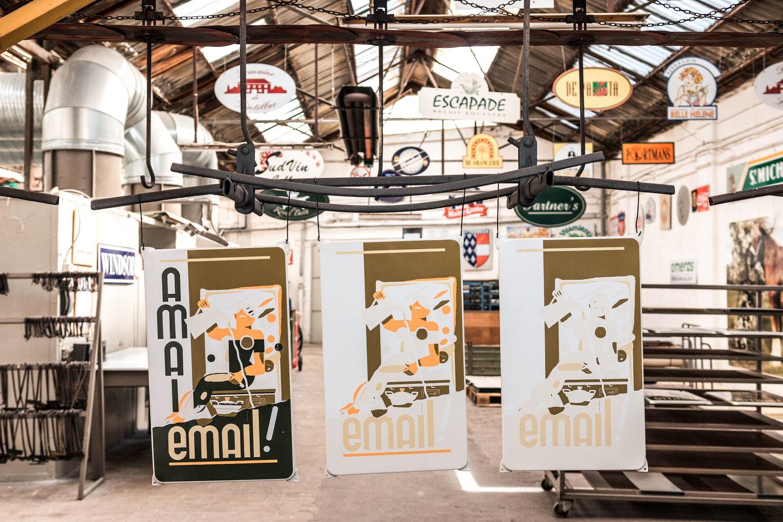 Stappen in het emailleringsproces in het atelier van Emaillerie Belge