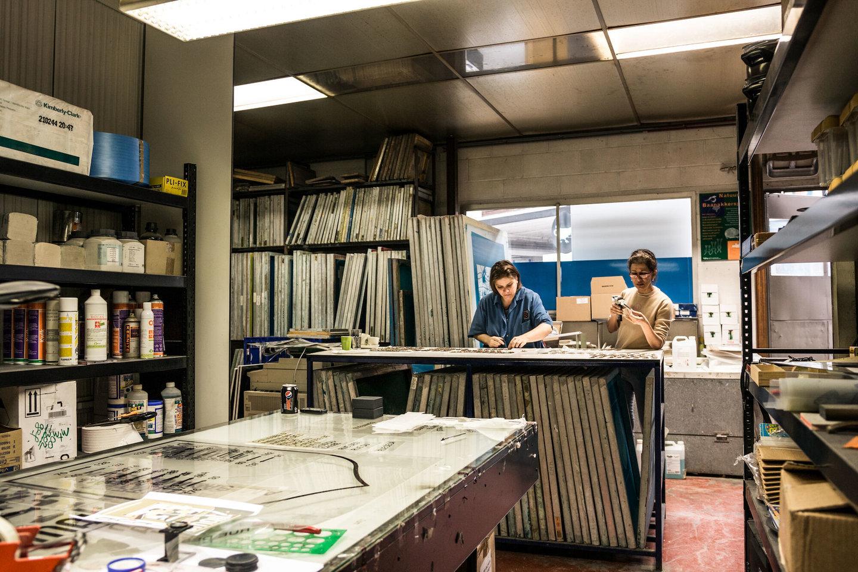 Teken- en ontwerpafdeling in het atelier van Emaillerie Belge