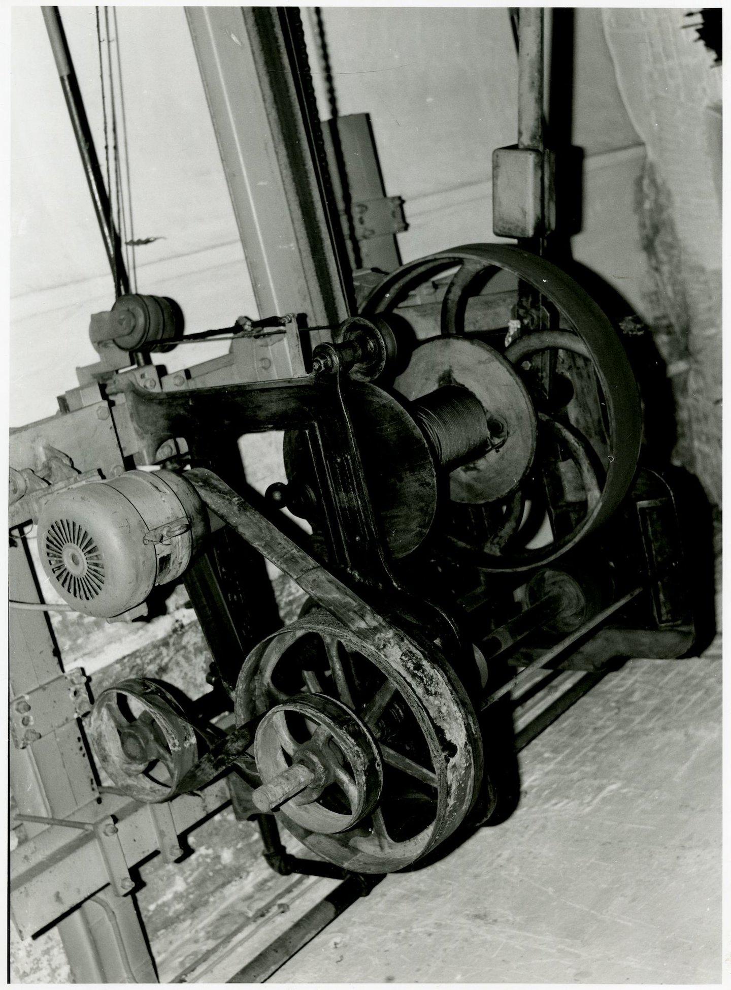 Hijstoestel in balenmagazijn van textielfabriek UCO Desmet-Guequier