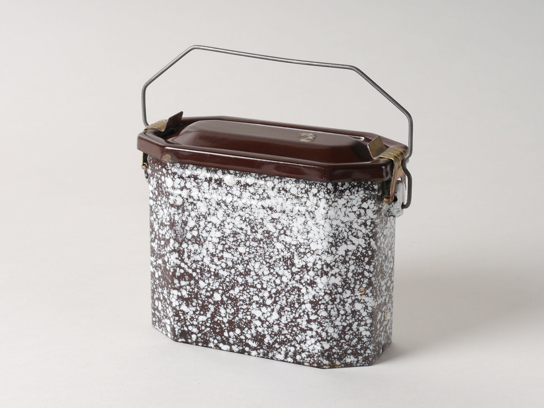 Lunchbox met zwart-wit gespikkelde emaillaag