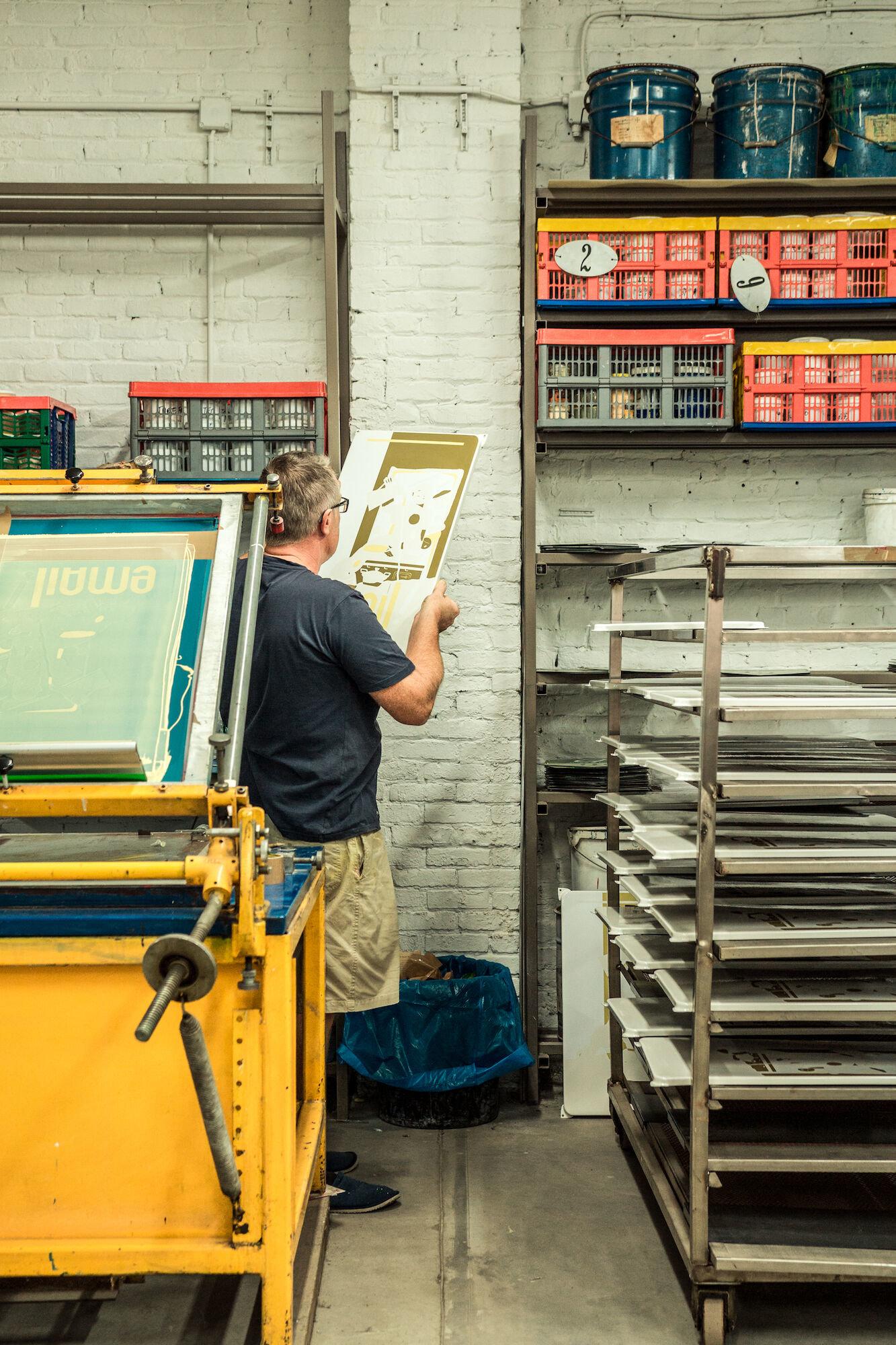 Zeefdrukafdeling in het atelier van Emaillerie Belge