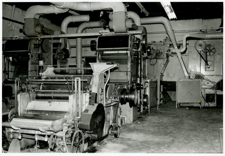 Fabriekszaal met batteurs, of slagmachines, in UCO Desmet-Guequier