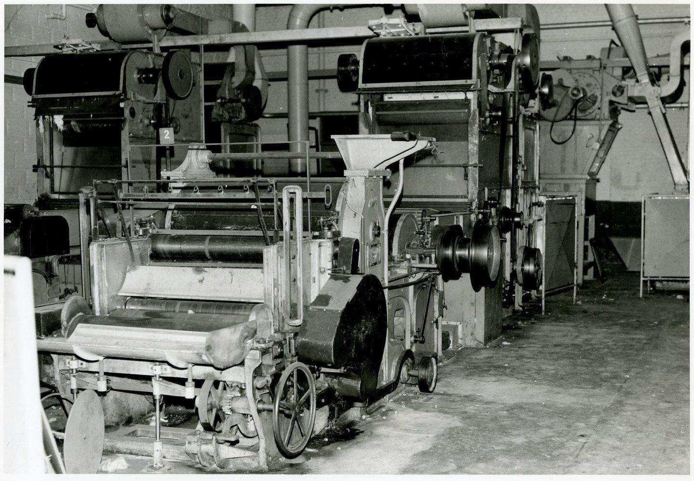 Fabriekszaal met batteurs, of slagmachines, in spinnerij UCO Desmet-Guequier