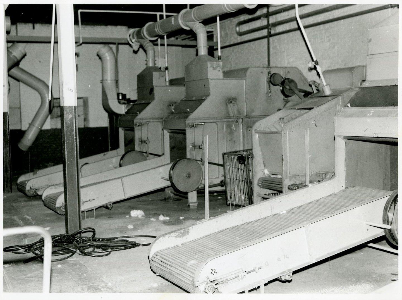 Fabriekszaal met baalbrekers in UCO Desmet-Guequier