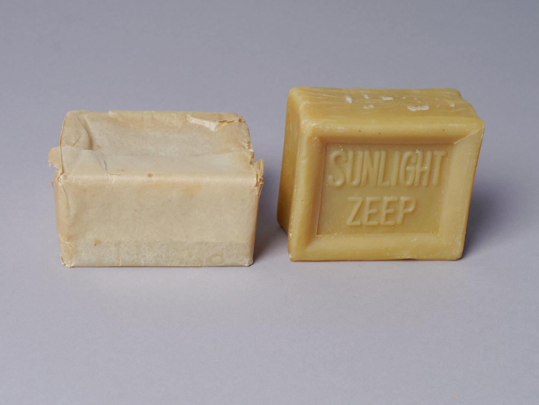 Twee stukken huishoudzeep van het merk Sunlight
