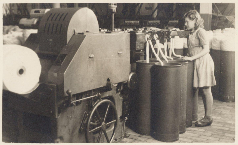 Arbeidster aan het werk in katoenspinnerij UCO Rooigem