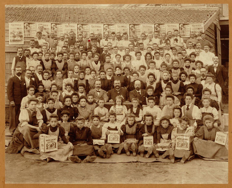Groepsfoto met personeel van koekjesfabriek Victoria in Koekelberg