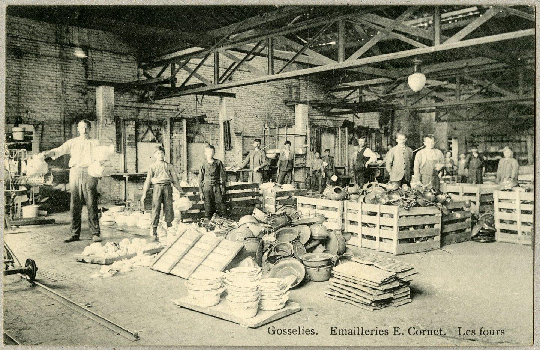 Arbeiders in fabriekshal van Emaillerie E. Cornet