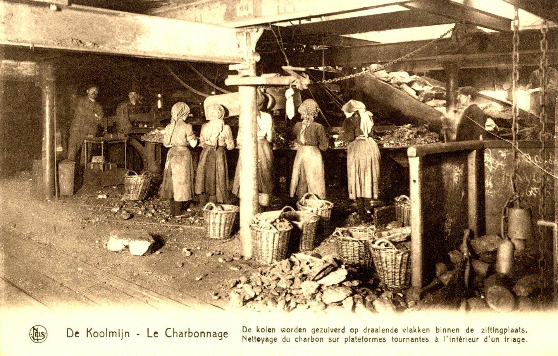 Vrouwen en meisjes aan het werk in een steenkoolwasserij