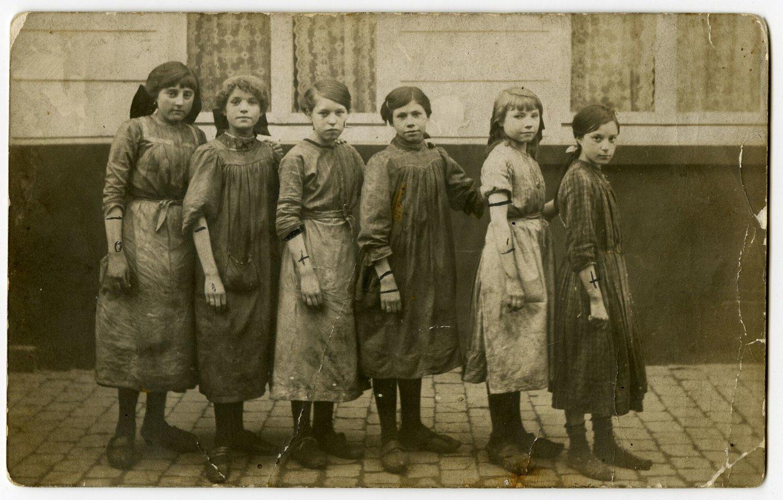 Meisjes in de buurt van de fabriek Baertsoen & Buysse