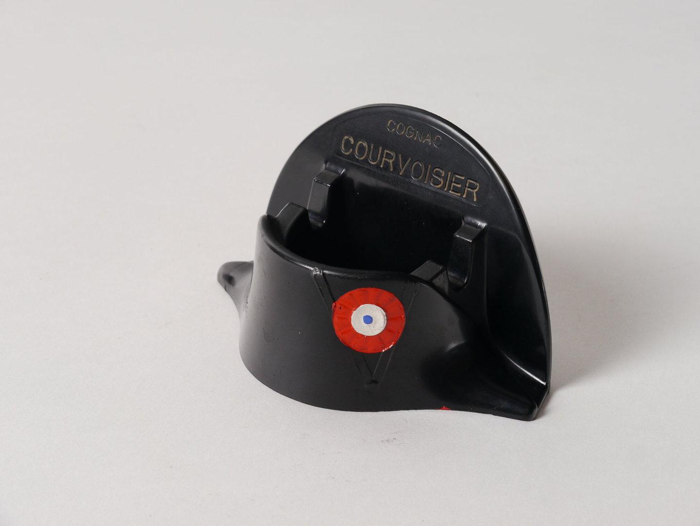 Asbak in de vorm van een hoed verspreid als reclame voor Cognac Courvoisier