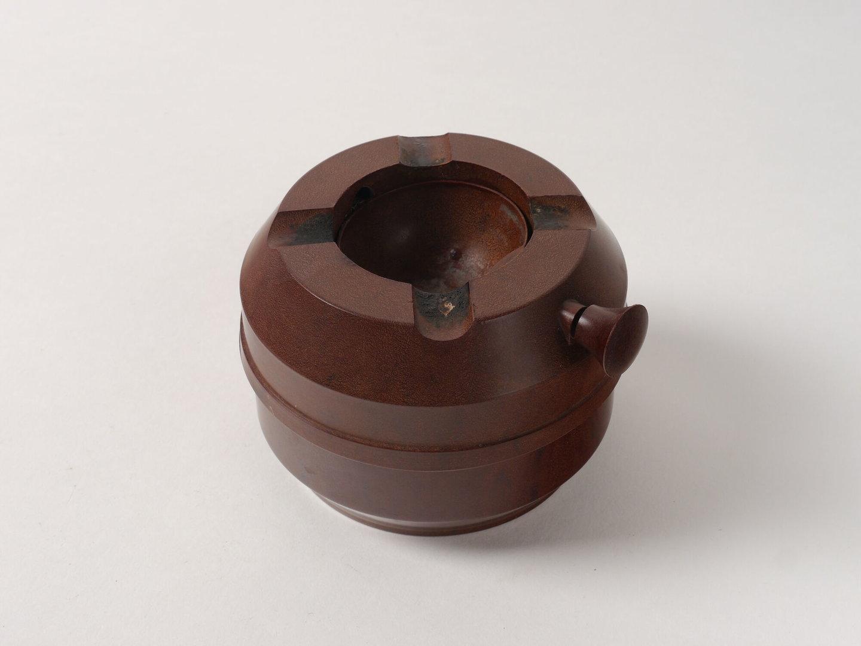 Bolvormige asbak voor rookwaren van het merk Hudson