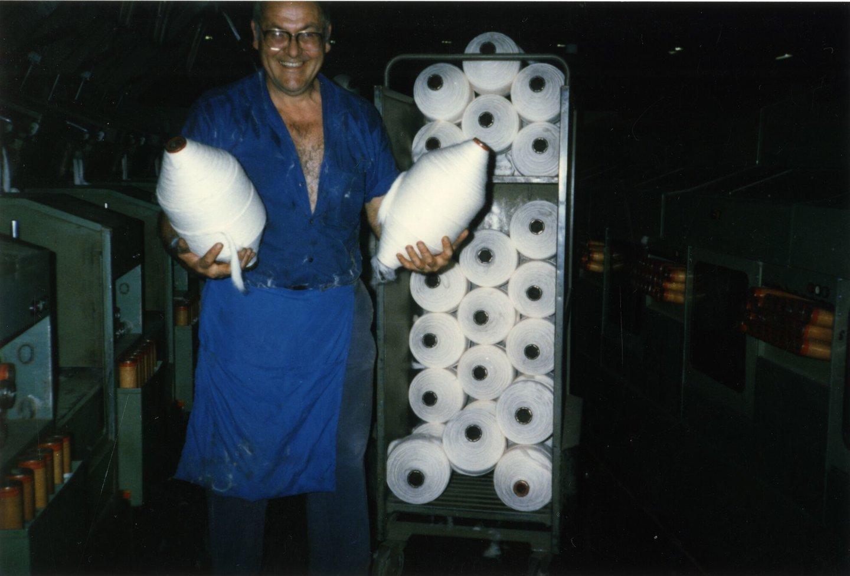 Arbeider met bobijnen in katoenspinnerij UCO Braun in Gent