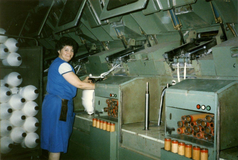 Arbeidster aan een spinmachine in UCO Braun in Gent