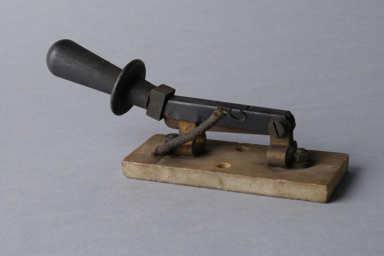 Enkelvoudige messchakelaar van op een schakelbord