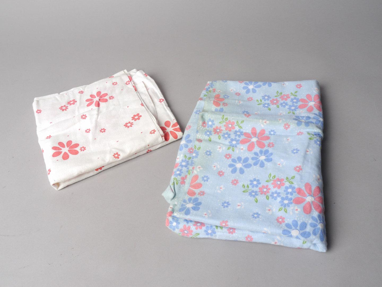 Twee bedrukte textielstalen van het merk TAE
