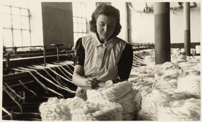Arbeidster aan de uitrekbank in een spinnerij van UCO